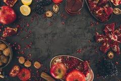 Draufsicht des Granatapfelsafts im Glas und in den Früchten Stockbilder