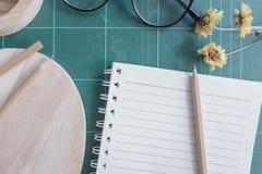 Draufsicht des Gummischneiders, Notizbuch, Bleistift, idealer Gebrauch für Hintergrund Lizenzfreie Stockfotos