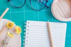 Draufsicht des Gummischneiders, Notizbuch, Bleistift, idealer Gebrauch für Hintergrund Stockfotografie