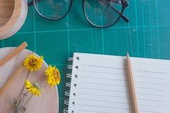 Draufsicht des Gummischneiders, Notizbuch, Bleistift, idealer Gebrauch für Hintergrund Lizenzfreies Stockbild