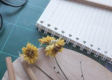 Draufsicht des Gummischneiders, Notizbuch, Bleistift, idealer Gebrauch für Hintergrund Lizenzfreies Stockfoto