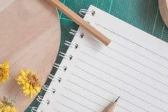 Draufsicht des Gummischneiders, Notizbuch, Bleistift, idealer Gebrauch für Hintergrund Stockfotos