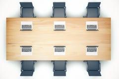 Draufsicht des hölzernen Versammlungstisches mit Stühlen und Laptop Stockbild