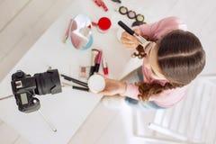 Draufsicht des hübschen Mädchens Make-uptutorium schaffend Stockbilder