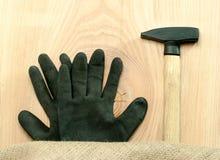 Draufsicht des Hammers und der Handschuhe Lizenzfreie Stockbilder