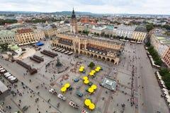 Draufsicht des Hauptplatzes von Krakau und Stoffhalle und des Monuments zu Adam Mickiewicz Lizenzfreies Stockfoto