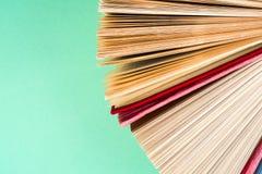 Draufsicht des hellen bunten gebundenen Buches bucht in einem Kreis Lizenzfreie Stockfotografie