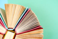 Draufsicht des hellen bunten gebundenen Buches bucht in einem Kreis Lizenzfreie Stockbilder