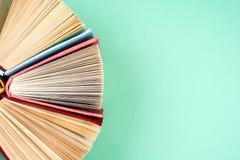 Draufsicht des hellen bunten gebundenen Buches bucht in einem Kreis Stockbild