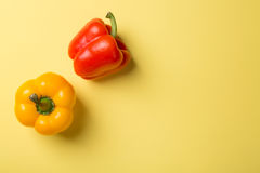 Draufsicht des hellen gelben und roten Paprikas des grünen Pfeffers auf gelbem Hintergrund Stockfoto