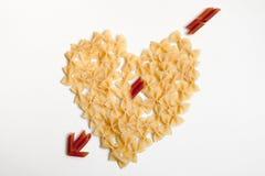 Draufsicht des Herzens mit einem Pfeil gemacht von den Teigwaren lizenzfreies stockfoto