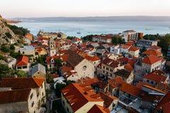 Draufsicht des historischen Teils der Stadt von Omis und von heiliger Querkirche in Kroatien Stockbild