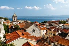 Draufsicht des historischen Teils der Stadt von Omis und von heiliger Querkirche in Kroatien Lizenzfreie Stockfotografie