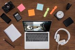 Draufsicht des Holztischs mit leerer Lehrbuch Smartphone-Fotokamera und des Laptops mit Anmeldung lizenzfreies stockfoto