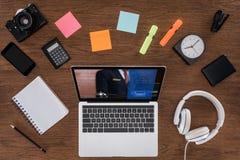Draufsicht des Holztischs mit leerer Lehrbuch Smartphone-Fotokamera und des Laptops mit Anmeldung lizenzfreie stockfotografie