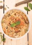 Draufsicht des köstlichen Huhn-biryani in einer runden Schüssel Stockfoto