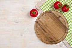 Draufsicht des Küchenschneidebretts über hölzernem Hintergrund Stockfoto