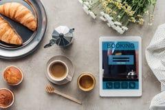 Draufsicht des Kaffees mit Gebäck und Tablette mit Anmeldung App auf Schirm stockbilder