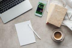 Draufsicht des Kaffees mit Laptop und Smartphone mit Anmeldung App auf Schirm auf Betondecke lizenzfreie stockfotos