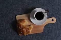 Draufsicht des Kaffees und des Hörnchens Stockbilder