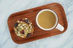 Draufsicht des Kaffees und des Muffins stockfotos
