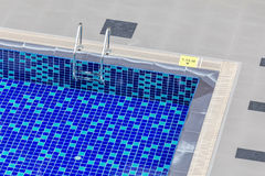 Draufsicht des klaren blauen Swimmingpools mit Stahlleiter und 1 15 Lizenzfreie Stockfotografie