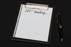 Draufsicht des Klemmbrettes und des weißen Blattes geschrieben mit Laden 2017 Stockfoto