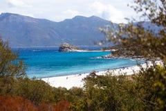 Draufsicht des Korsikas, des Frankreichs, der Berge und des Türkisseehintergrundes Horizontale Ansicht stockfotos