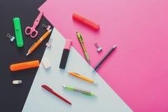 Draufsicht des kreativen Arbeitsplatzes, Briefpapier lizenzfreie stockfotos
