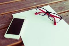 Draufsicht des kreativen Arbeitsplatzes mit Weißbuch Stockbilder