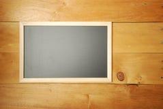 Draufsicht des Kreidebrettes mit hölzernem Hintergrund Lizenzfreie Stockbilder