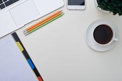 Draufsicht des Laptops, des Notizblockes, der Bleistifte, des Smartphone und der Schale cof Lizenzfreies Stockfoto