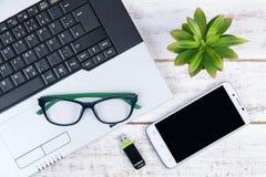 Draufsicht des Laptops, Smartphone, Gläser und USB-Blitz fahren auf t Lizenzfreies Stockbild