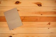Draufsicht des leeren braunen Umschlags auf hölzernem Bürotisch mit Kopie Lizenzfreie Stockfotos