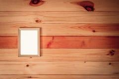 Draufsicht des leeren hölzernen Fotorahmens auf Holztisch mit Kopienbadekurort Stockbilder