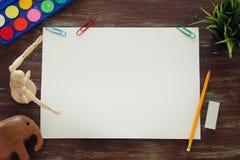 Draufsicht des leeren Kunstdruckpapiers und des Künstlers liefert Hintergrund Stockfoto