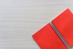 Draufsicht des leeren Notizbuches auf h?lzernem Hintergrund mit Kopienraum stockfotografie