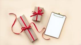 Draufsicht des leeren Notizbuches auf hellem Hintergrund mit Weihnachtsdekorationen, Kopienraum stockfoto