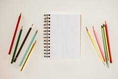 Draufsicht des leeren Notizbuches mit bunten Bleistiften Stockfotos
