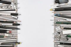 Draufsicht des leeren Papierblattes und der verschiedenen Ziehwerkzeuge und des acce Stockfoto