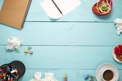 Draufsicht des leeren Papiers und des Bleistifts, Kaffee, Mandel, Kirsche und Lizenzfreies Stockfoto