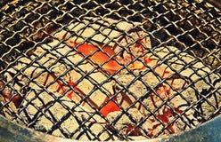 Draufsicht des leeren und sauberen Grill-Holzkohlen-Grills mit Flammen des Feuers, Abschluss oben lizenzfreies stockbild