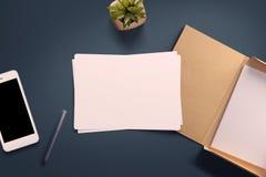 Draufsicht des leeren Weißbuchblattes Lizenzfreie Stockbilder