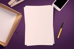 Draufsicht des leeren Weißbuchblattes mit Bürowerkzeugen Arbeitsplatzspott oben Lizenzfreie Stockbilder