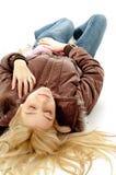 Draufsicht des Legens der blonden Frau mit geschlossenen Augen Lizenzfreie Stockfotografie