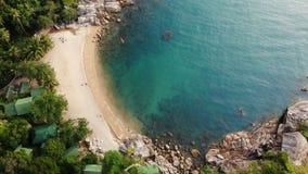 Draufsicht des Luftbrummens des kleinen Ufers des weißen Paradieses des Sandes tropischen exotischen in Koh Prangan-Insel, Thaila stock video footage
