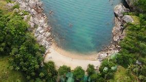 Draufsicht des Luftbrummens des kleinen Ufers des weißen Paradieses des Sandes tropischen exotischen in Koh Prangan-Insel, Thaila stock footage