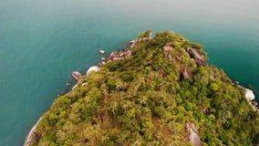 Draufsicht des Luftbrummens des kleinen Ufers des weißen Paradieses des Sandes tropischen exotischen in Koh Prangan-Insel, Thaila stock video