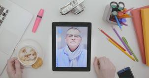 Draufsicht des männliche Handantwortenden Videoanrufs auf Schirm der Tablette stock video