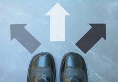 Draufsicht des Mannes die schwarzen Schuhe tragend, die eine Weise markiert wählen stockfotografie